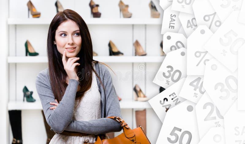 Portret van jonge vrouw in winkelcentrum Uitverkoop royalty-vrije stock fotografie