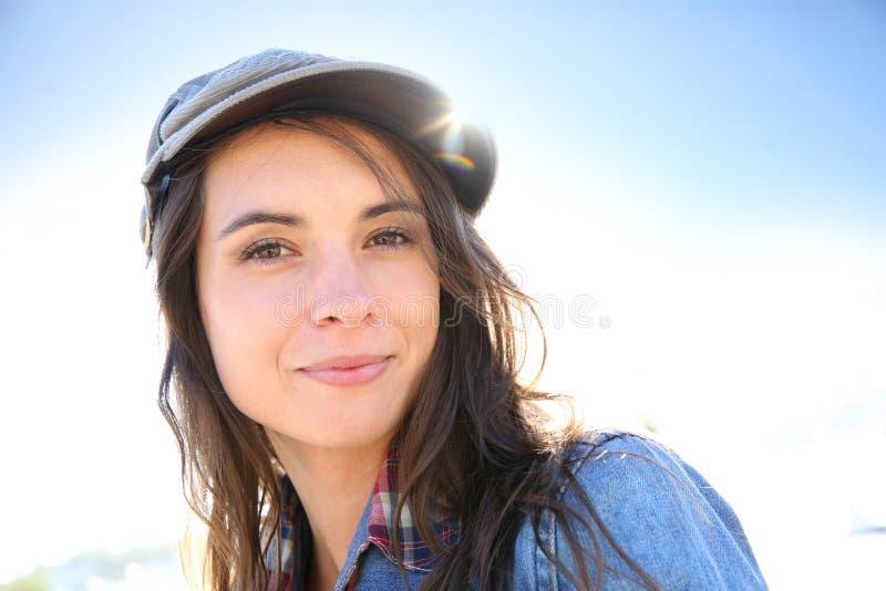 Portret van in jonge vrouw in zonlicht stock afbeeldingen