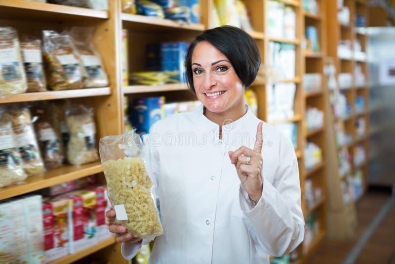 Portret van jonge vrouwelijke apotheker met grutten royalty-vrije stock afbeelding