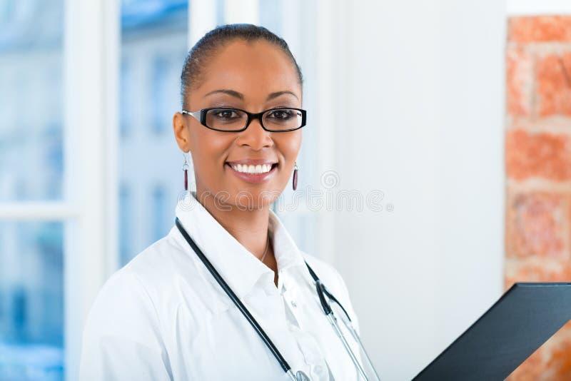 Portret van jonge vrouwelijke arts in kliniek royalty-vrije stock afbeeldingen
