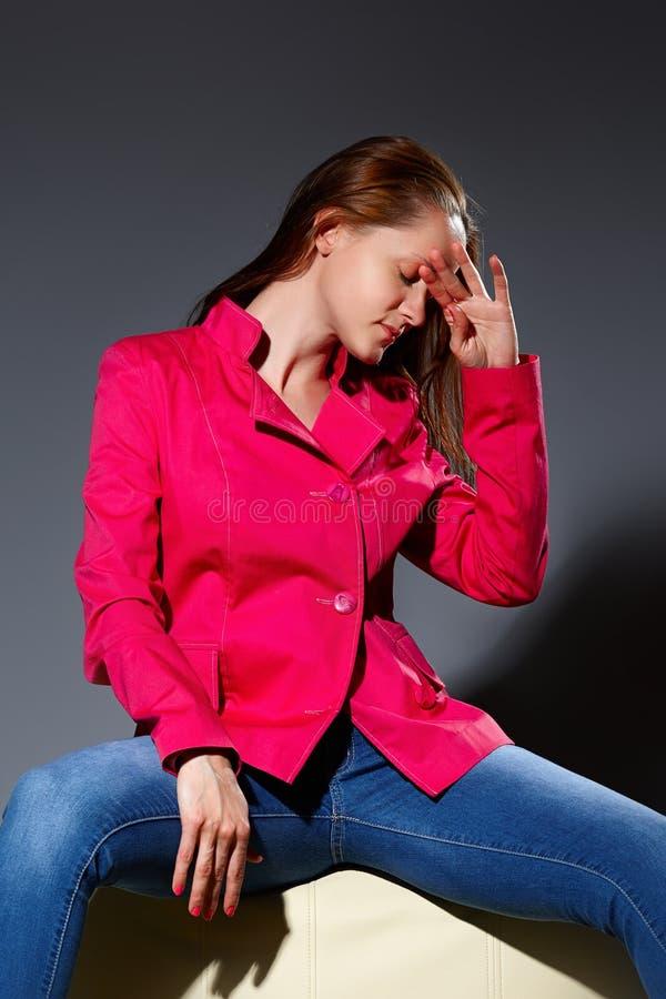 Download Portret Van Jonge Vrouwenzitting Op Grijze Achtergrond Stock Afbeelding - Afbeelding bestaande uit geluk, jong: 54075015