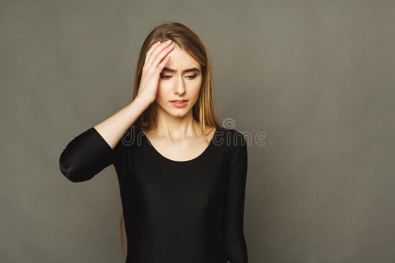 Portret van jonge wanhopige vrouw met hoofdpijn stock afbeeldingen