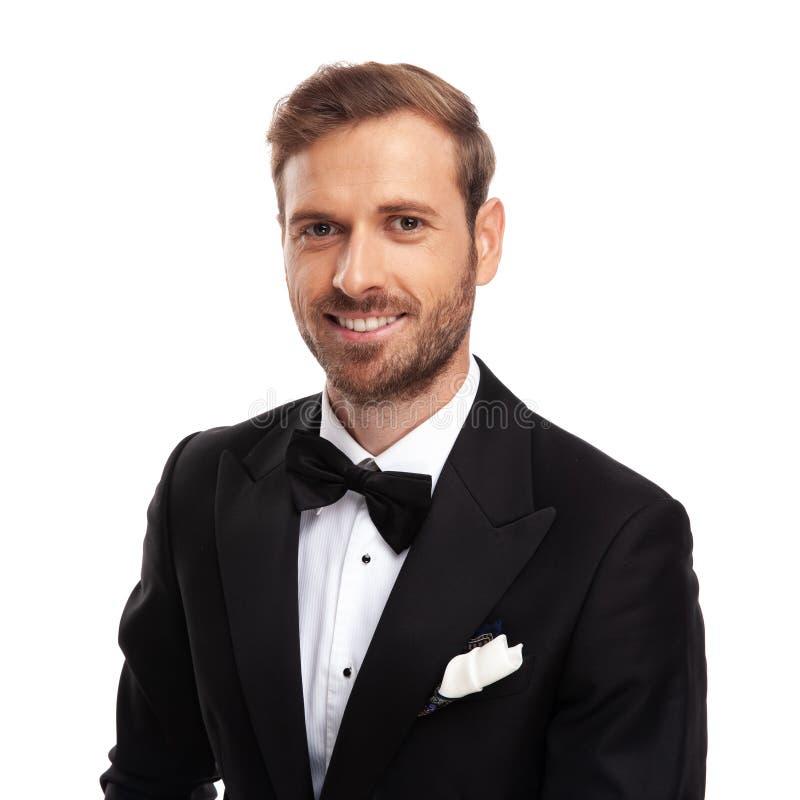 Portret van jonge zakenman die zwart kostuum dragen en bowtie stock foto's