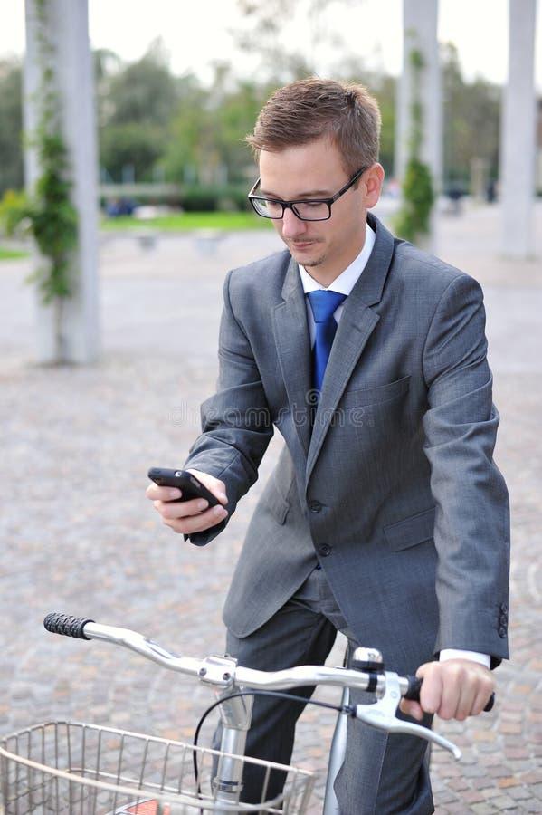Portret van jonge zakenman op een fiets royalty-vrije stock afbeelding