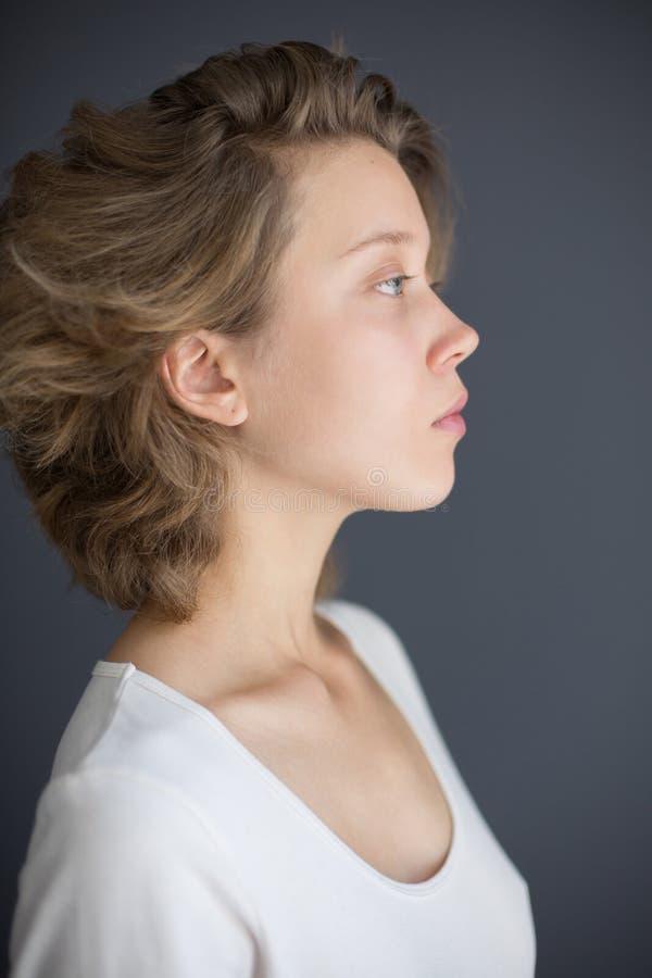 Portret van jongelui verstoorde dame die zorgvuldig opzij kijken stock foto