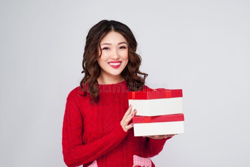Portret van jongelui, vrij en gelukkige vrouw met Kerstmisgift BO royalty-vrije stock foto's