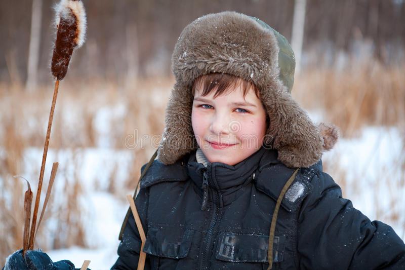 Portret van jongen die hoed, zegge, de winter draagt stock foto