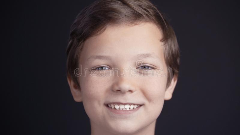 Portret van jongen het kijken de camera en het lachen royalty-vrije stock afbeelding