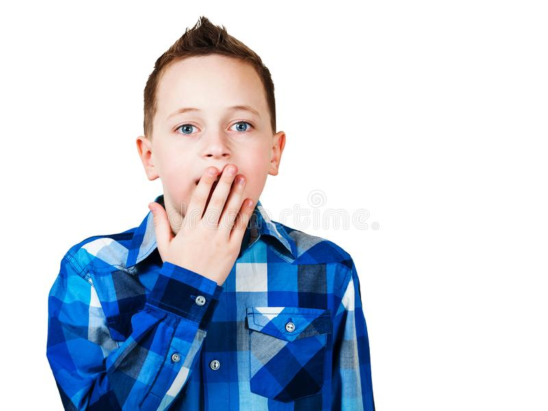 Portret van jongens dichte mond met zijn die handen, op witte achtergrond wordt ge?soleerd stock afbeelding