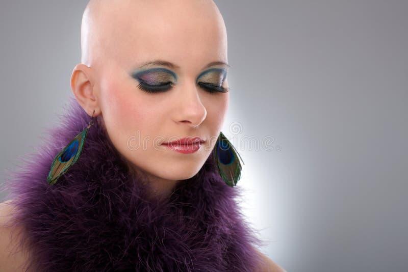 Portret van kale vrouw in purpere boa royalty-vrije stock foto