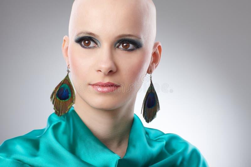 Portret van kale vrouw in turkooise zijdekleding stock afbeeldingen