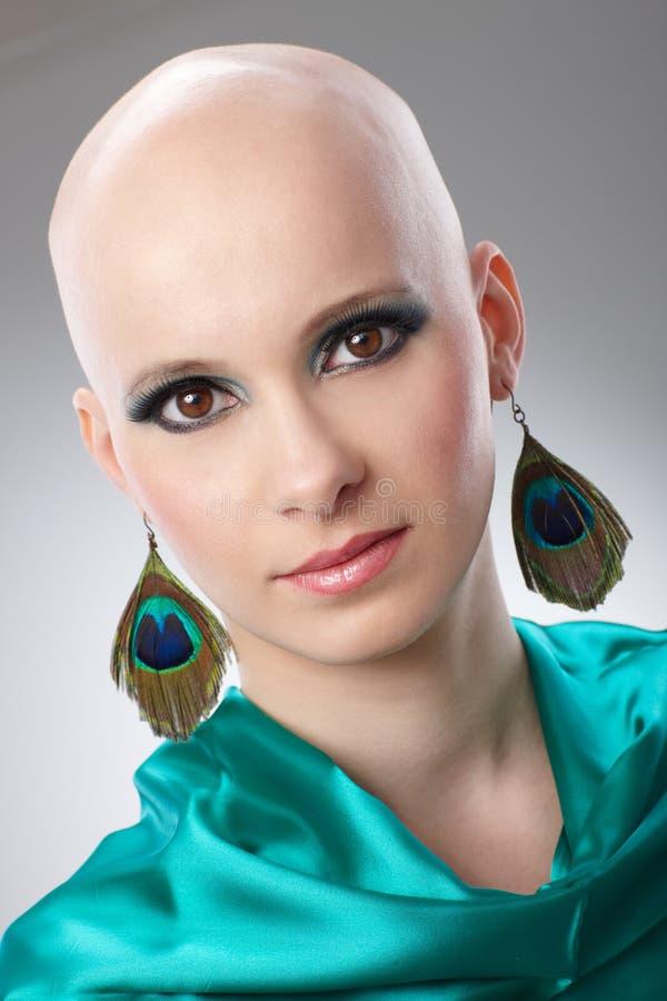 Portret van kale vrouw in turkooise zijdekleding royalty-vrije stock foto