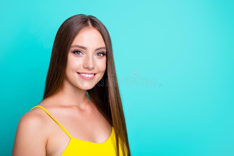 Portret van kalme inhouds vrolijke positieve aardige zoete aantrekkelijk stock afbeeldingen