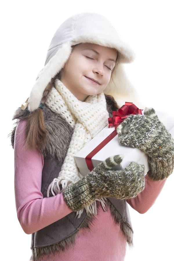 Portret van Kaukasisch Blond Meisje in de Holding Witte Giftbox van de de Winterkleding die in Rood Lint wordt verpakt royalty-vrije stock afbeelding
