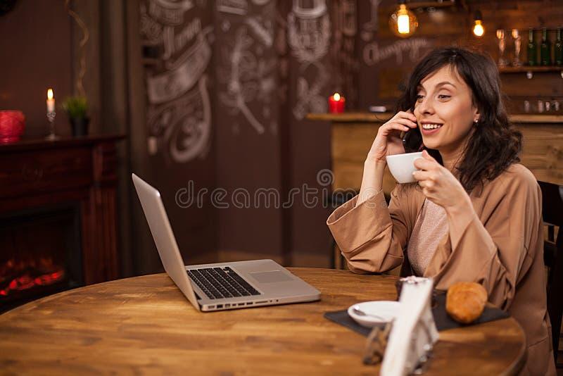 Portret van Kaukasische jonge bedrijfsvrouw met computer in een koffiewinkel royalty-vrije stock afbeeldingen