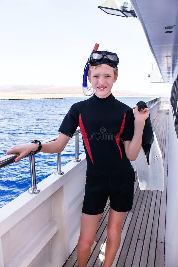 Portret van Kaukasische jongen in het duikkostuum met stock afbeeldingen