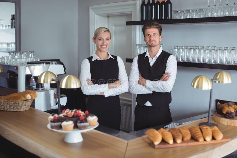 Portret van kelners die bij camera glimlachen stock foto's