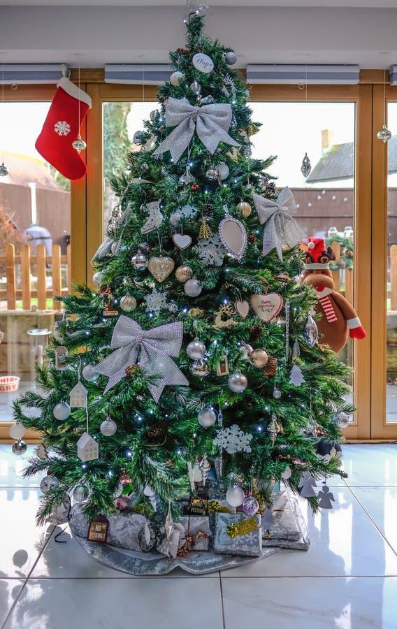 Portret van Kerstboom met zilveren versiering en geplaatst in het leven stock afbeeldingen