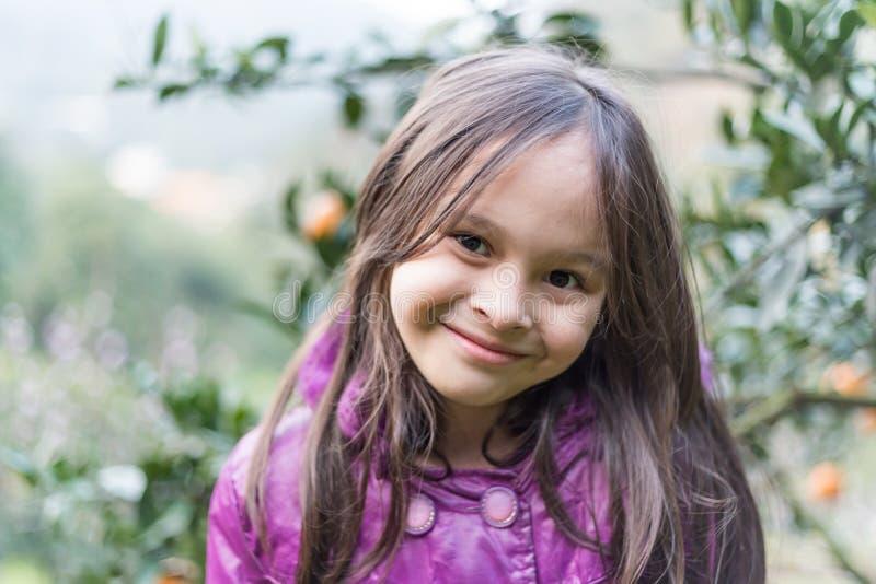 Portret van Kind op Oranje Landbouwbedrijf stock fotografie