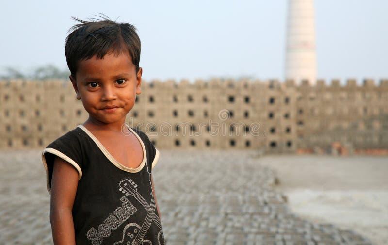 Portret van kinderen in baksteenfabriek in Sarberia, India stock fotografie