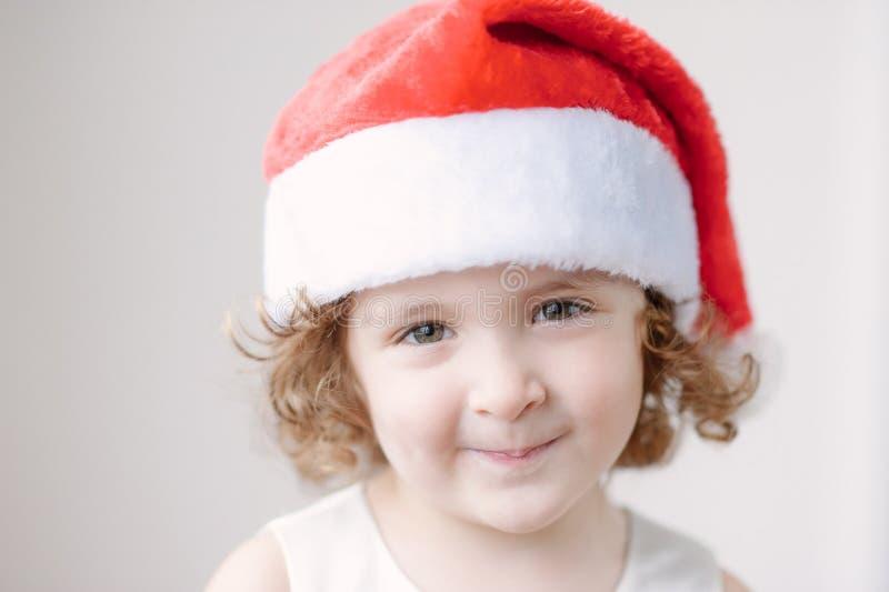 Portret van kleine leuke meisjes in Kerstmanhoed royalty-vrije stock foto's