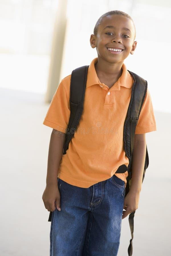 Portret van kleuterschooljongen met rugzak stock fotografie