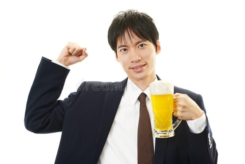 Portret van knap mens het drinken bier stock fotografie