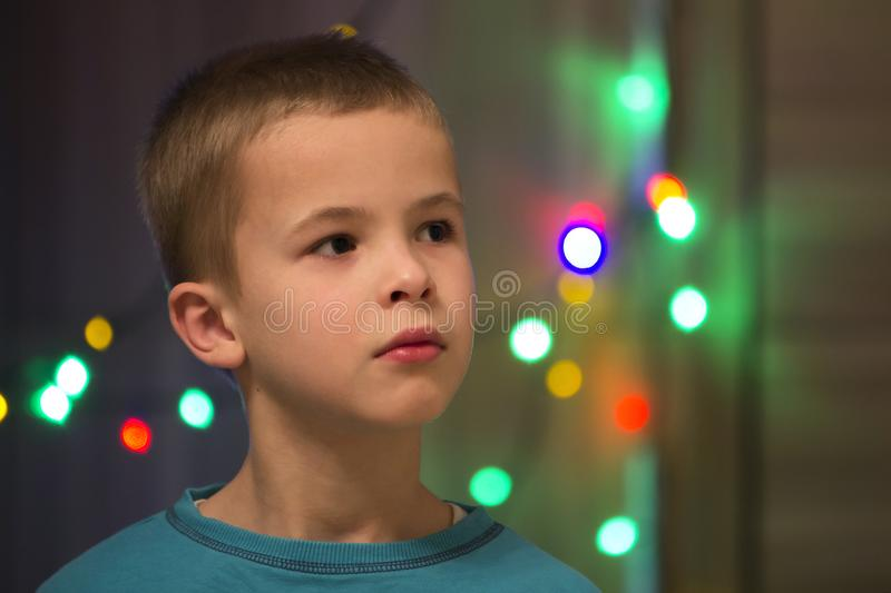 Download Portret Van Knap Weinig Jongen Met Vage Bokeh Achtergrond Stock Foto - Afbeelding bestaande uit onschuldig, kids: 107706104
