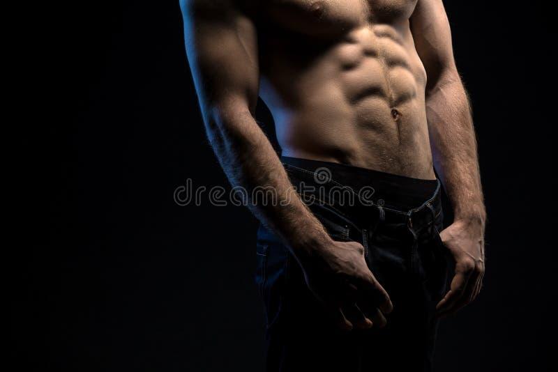 Portret van knappe atleet topless bij de studio stock afbeeldingen