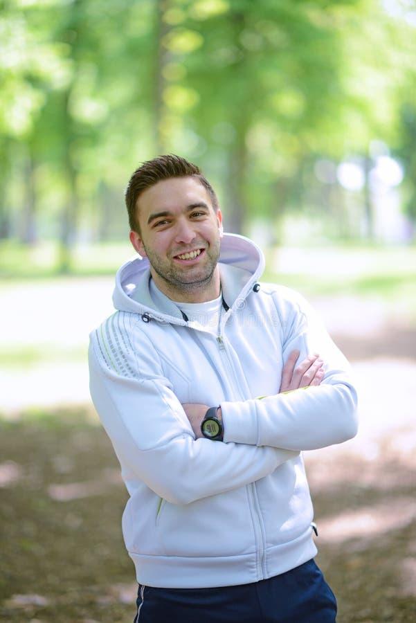 Portret van knappe jonge sportman in park royalty-vrije stock afbeelding