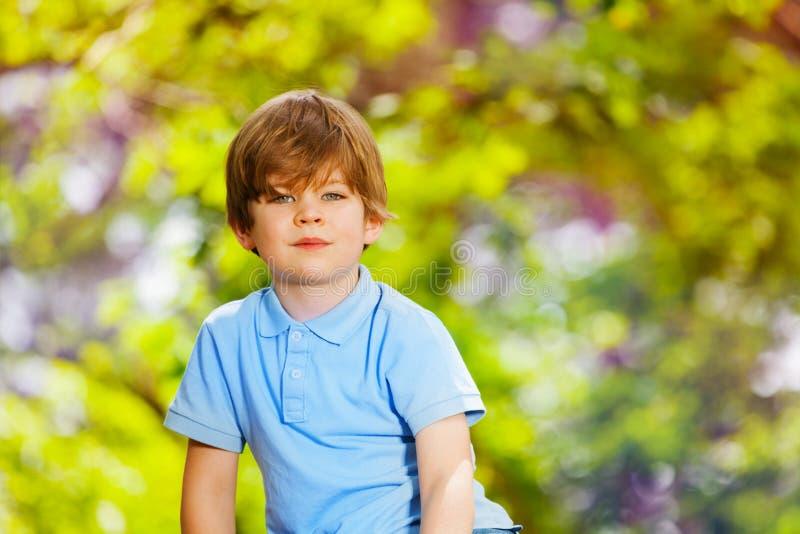 Portret van knappe jongen in het bos stock afbeeldingen