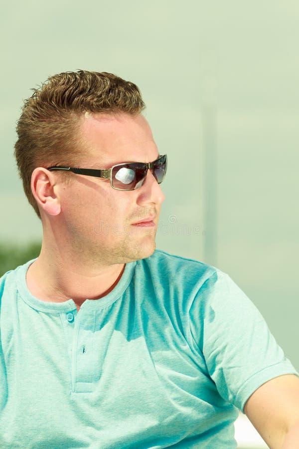 Portret van knappe kerel tijdens zomer stock foto's