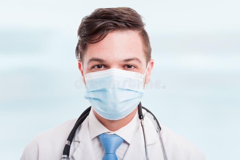 Portret van knappe mannelijke arts met masker stock foto