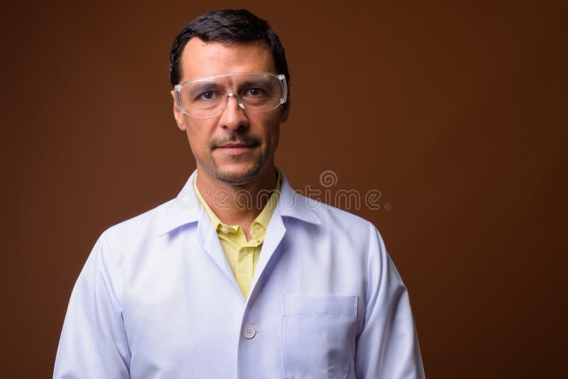 Portret van knappe mens arts die beschermende glazen dragen royalty-vrije stock afbeelding