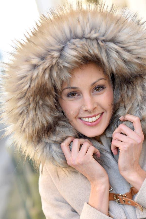 Portret van knappe vrouw in de winterlaag stock foto