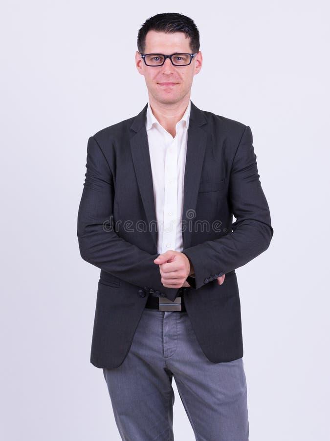 Portret van knappe zakenman in kostuum die oogglazen dragen stock afbeeldingen