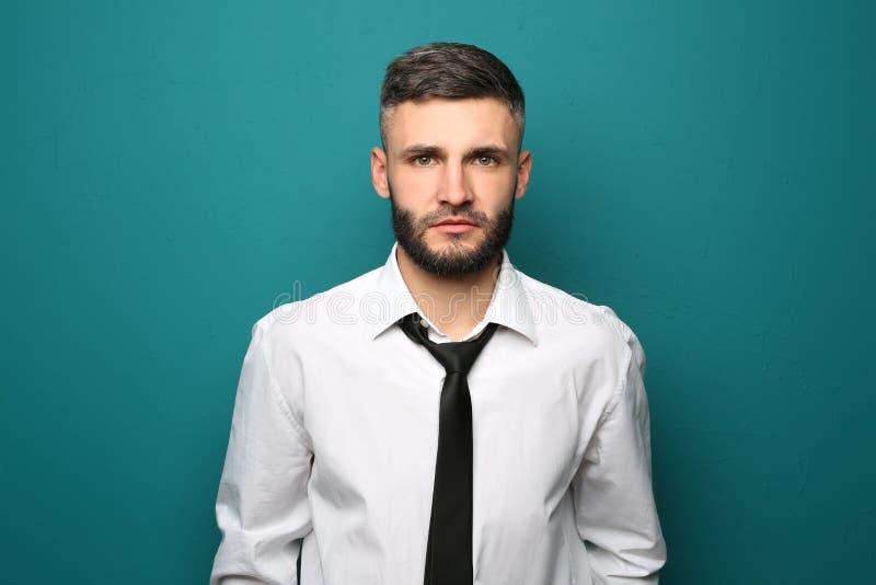 Portret van knappe zakenman op kleurenachtergrond stock afbeeldingen