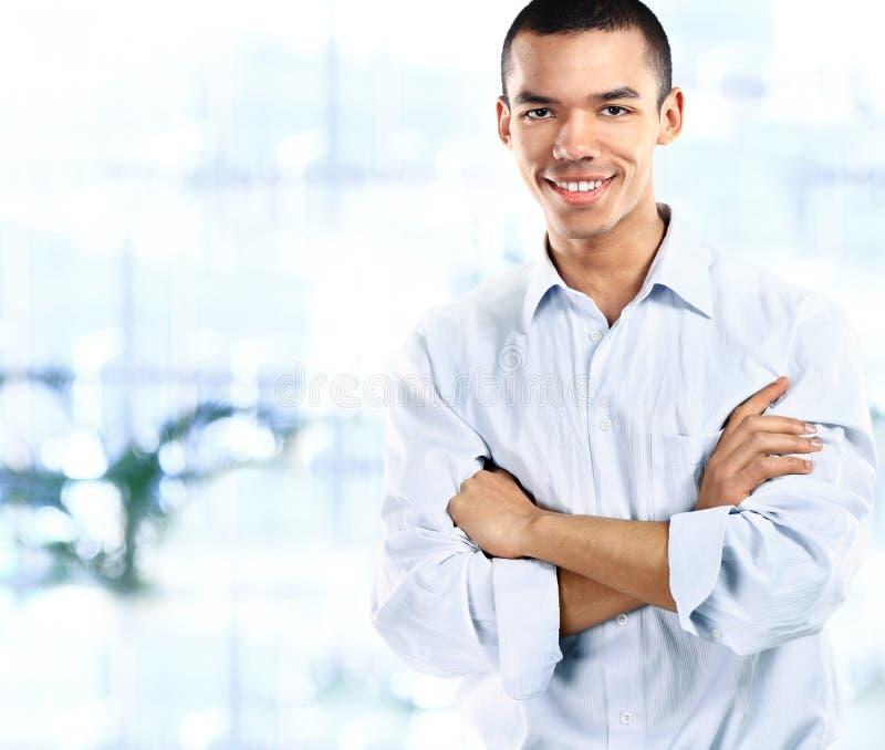Portret van knappe zekere jonge Afrikaanse zakenman stock foto