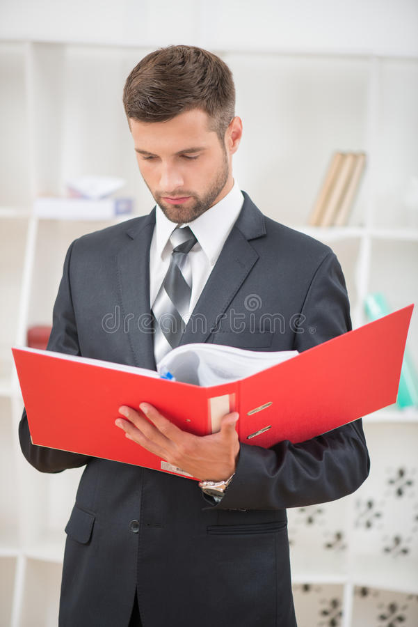 Portret van knappe zekere zakenman stock afbeelding
