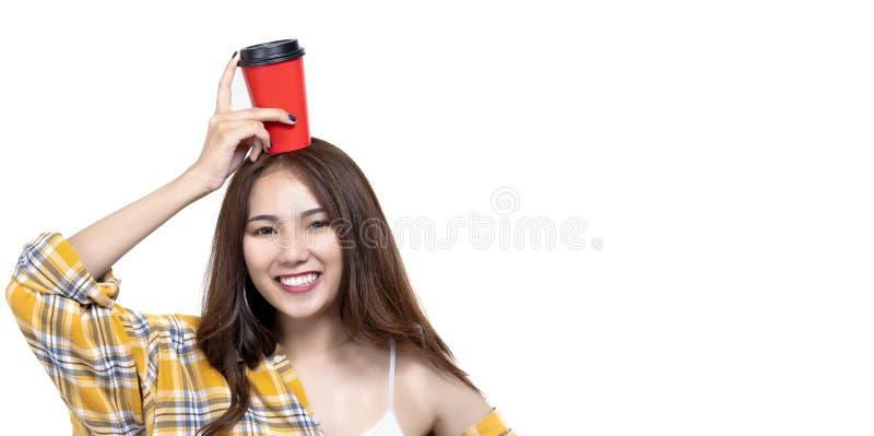 Portret van kop van de de greepkoffie van het schoonheids de gelukkige jonge Aziatische meisje met exemplaarruimte stock fotografie