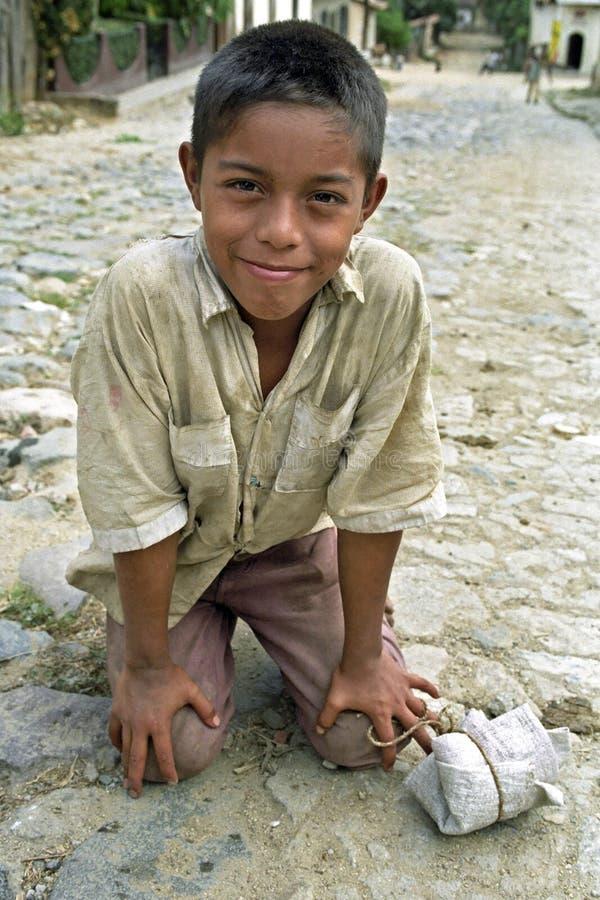 Portret van Latino jongen met schadelijk gezicht royalty-vrije stock afbeeldingen