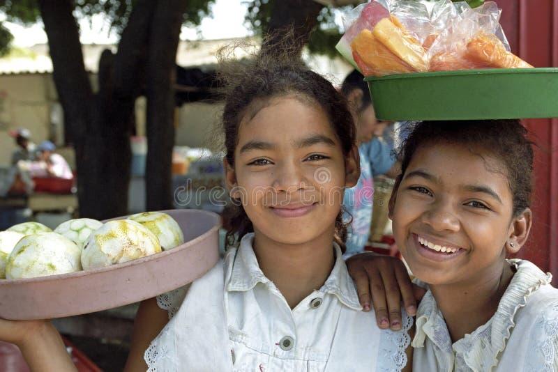 Portret van Latino meisjes die vruchten verkopen royalty-vrije stock afbeeldingen