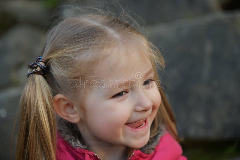 Portret van Laughing, schattig meisje van 3-4 jaar oud stock afbeelding