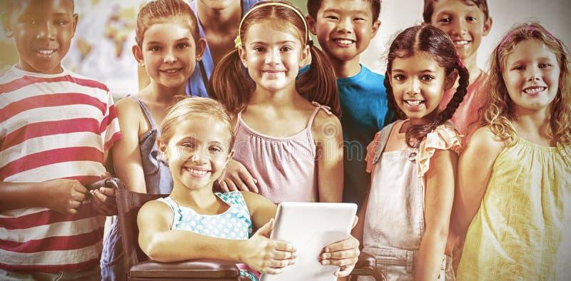 Portret van leraar en jonge geitjes in klaslokaal royalty-vrije stock afbeeldingen