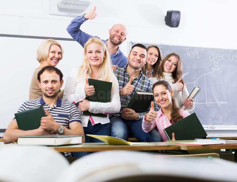 Portret van leraar en studenten royalty-vrije stock foto's