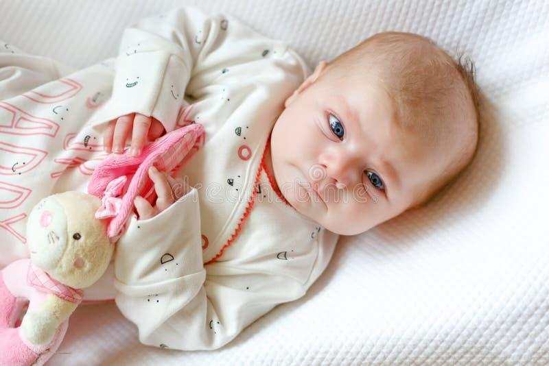Portret van leuk aanbiddelijk pasgeboren babykind stock afbeelding
