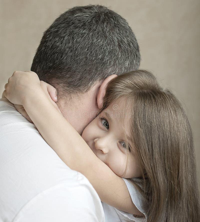 Portret van leuk die meisje in vader` s wapens wordt gehouden Gelukkige houdende van familie Vader en zijn het meisje van het doc stock afbeeldingen