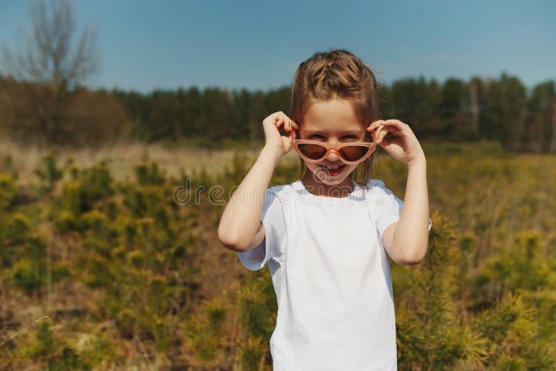 Portret van leuk gelukkig meisje met zonnebril royalty-vrije stock foto's