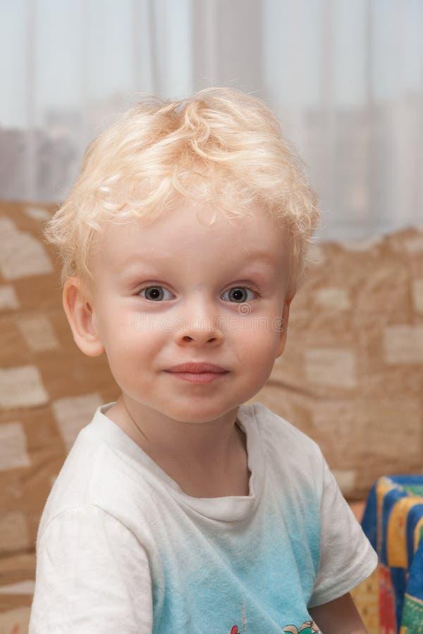 Portret van leuk het glimlachen jong geitje stock afbeeldingen