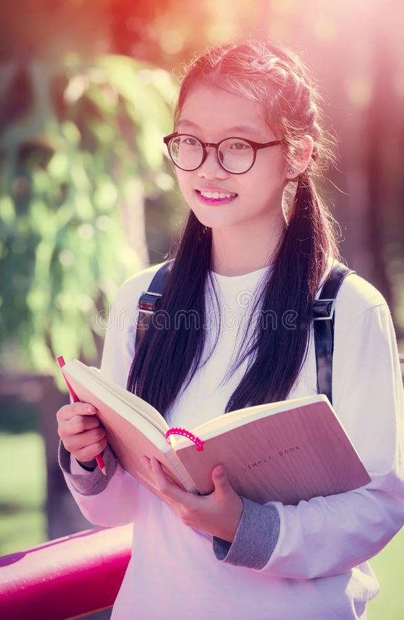 Portret van leuk jong Aziatisch studentenmeisje stock fotografie